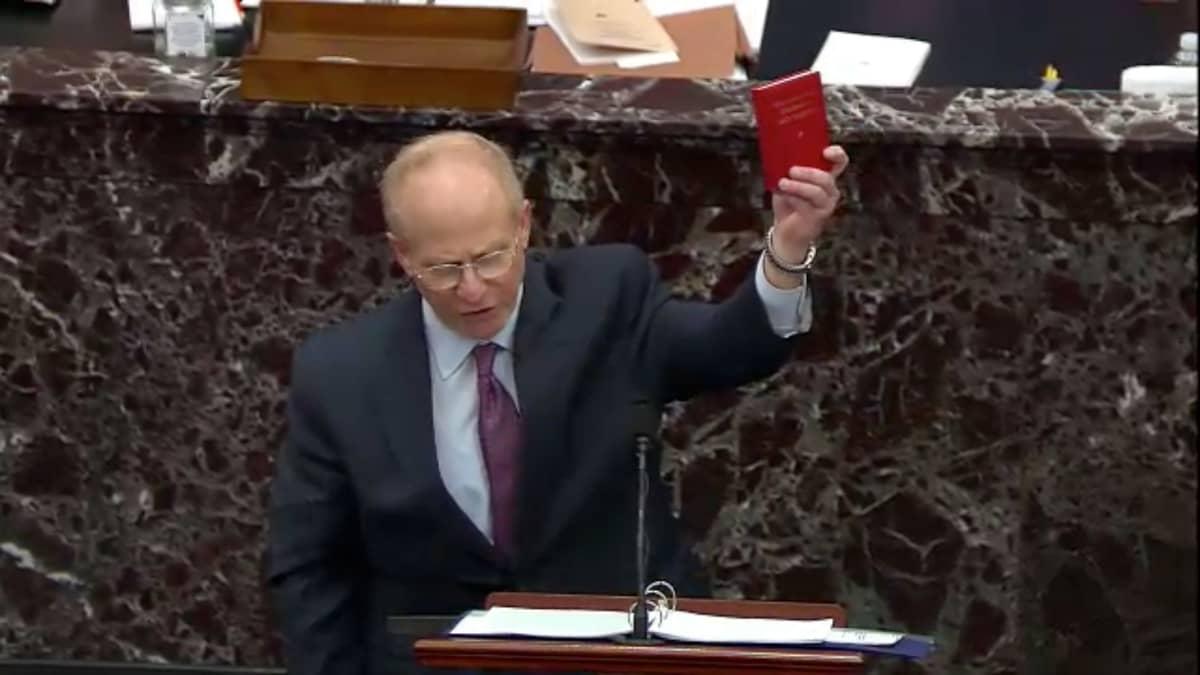 Trumpin puolustusasianajaja David Schoen heilutti yhdessä kohtaa Maon Pientä punaista kirjaa puheensa ponneksi.