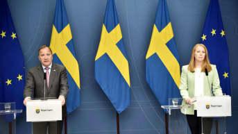 Stefan Löfven ja Annie Lööf tiedotustilaisuudessa.