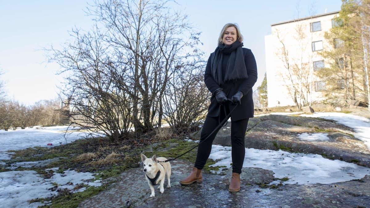 Titti Myrhberg ja Blondi-koira.