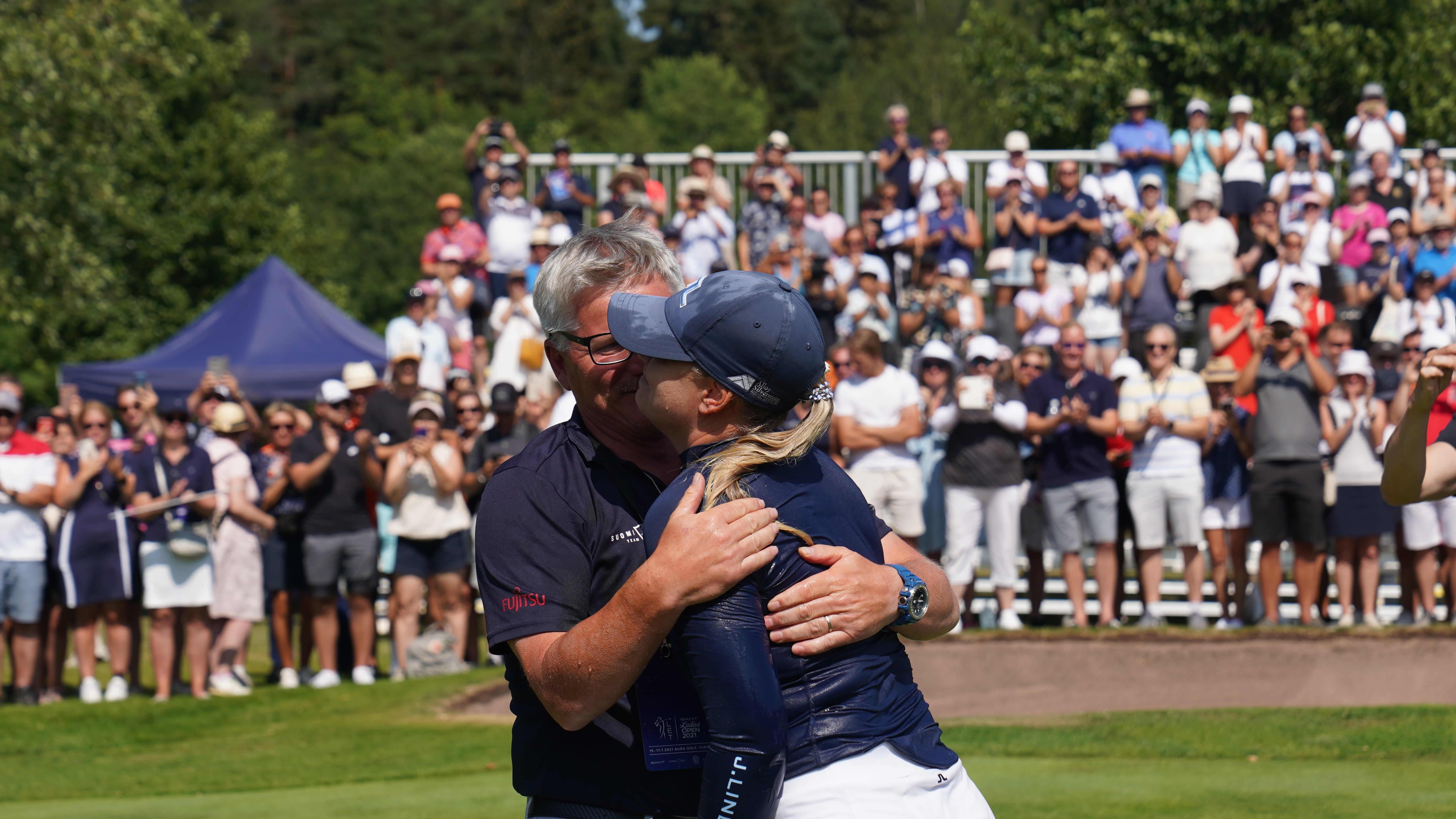 Matilda Castren ja valmentaja Petteri Nykky halaavat.