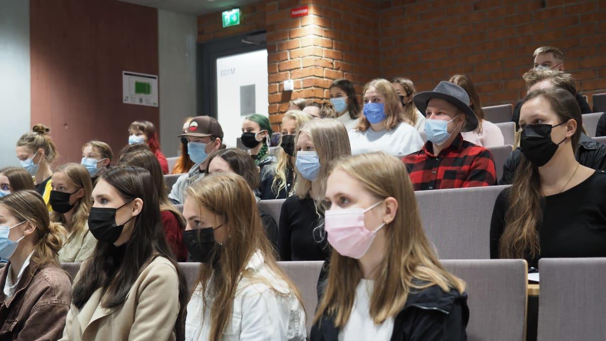 Aloittavia yliopisto-opiskelijoita Itä-Suomen yliopiston Metria-rakennuksen auditoriossa Joensuussa.