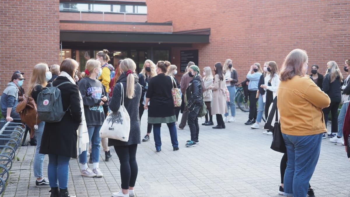 Aloittavia yliopisto-opiskelijoita Itä-Suomen yliopiston Metria-rakennuksen edustalla Joensuussa.