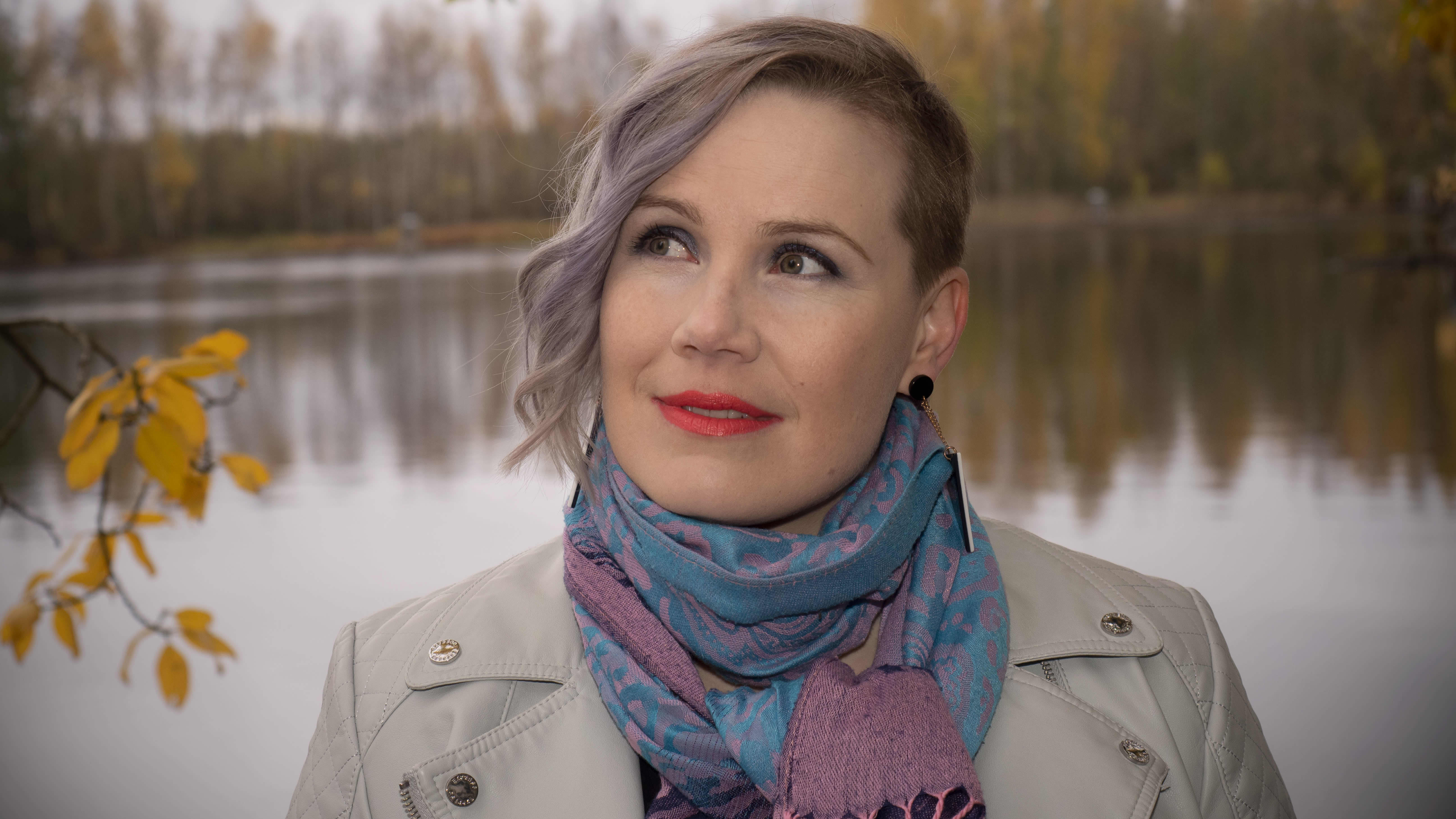 Laulaja Jonna Christensen joen rannalla