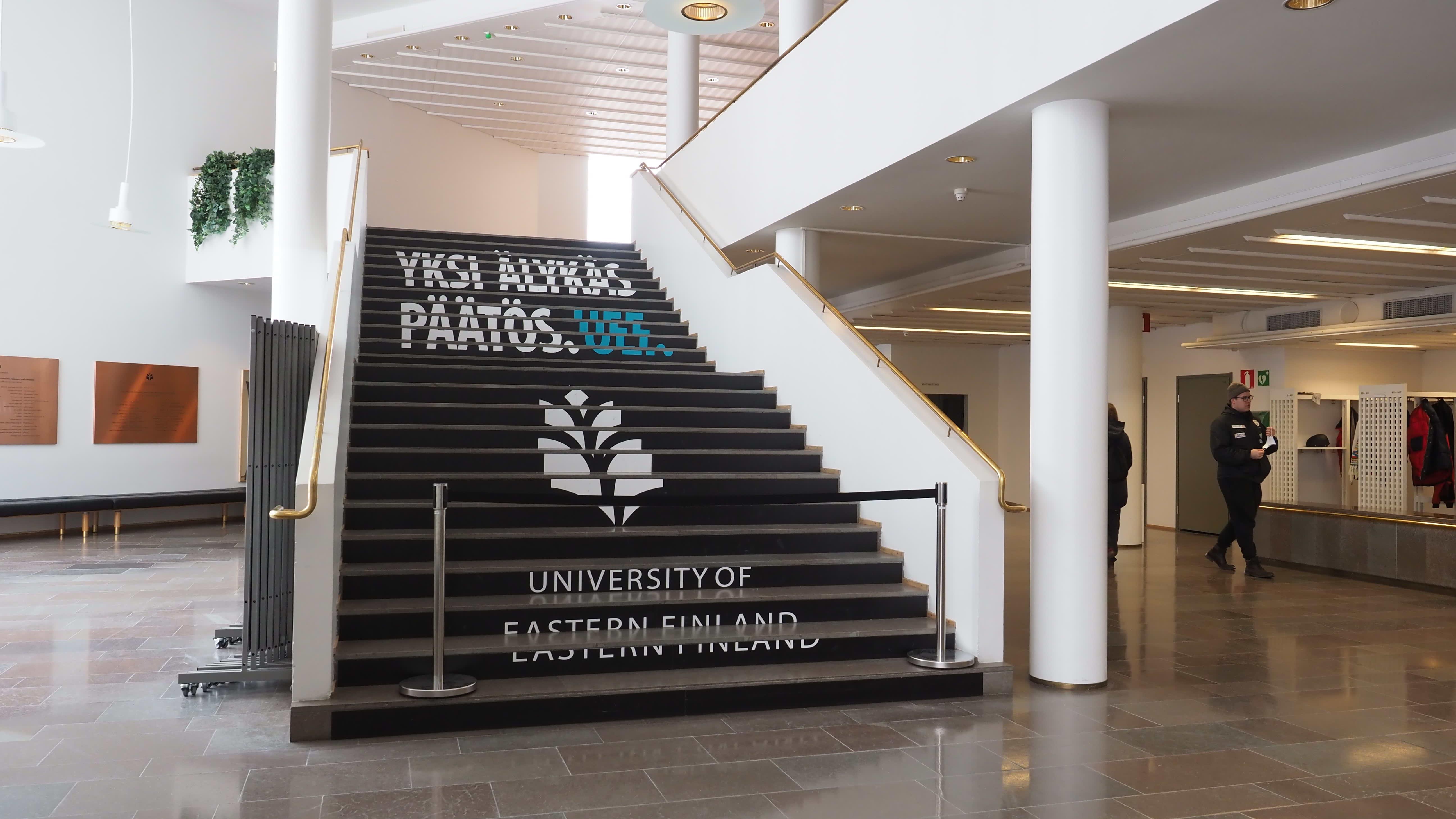 Careliasaliin vievät portaat yliopiston aulassa.