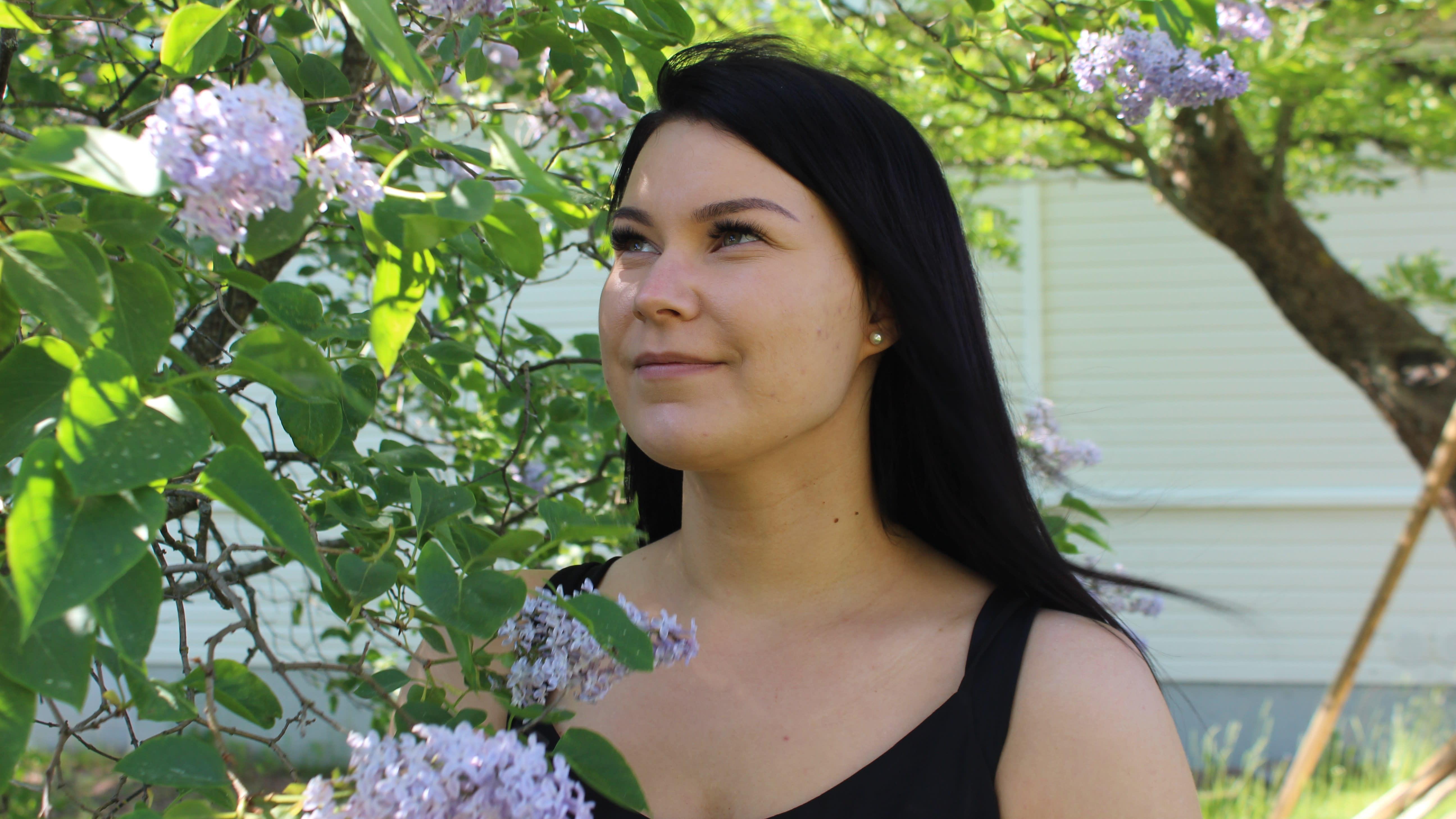Susanna Iivonen on kuvassa puunvarjossa.