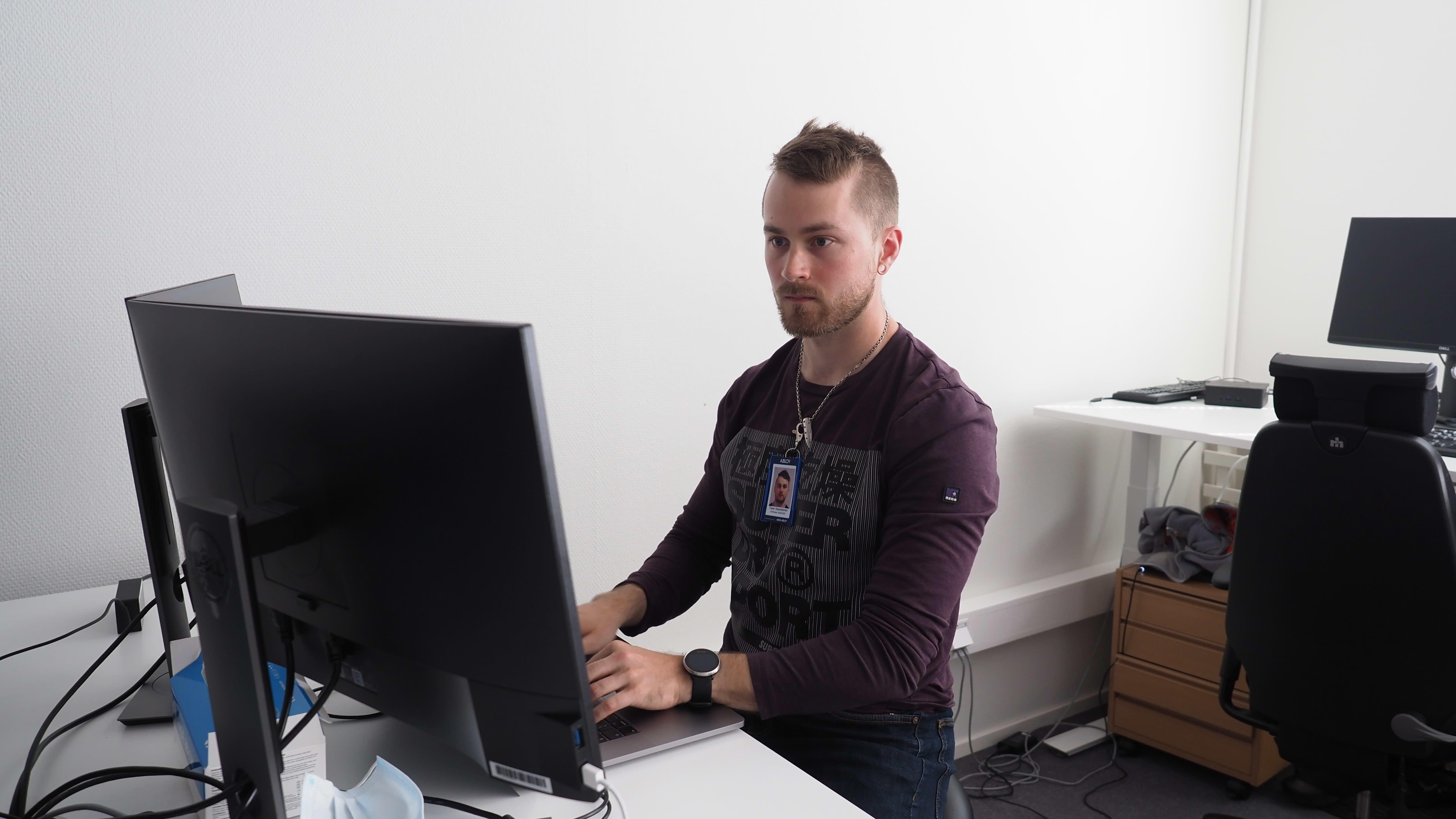 Tiiminvetäja Taavi Saarelainen työskentelee työpisteessään.