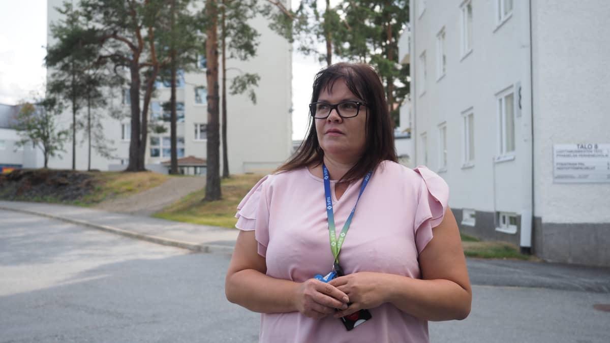 Ammattiliitto Superin pääluottamusmies Mirva Kuronen työpaikkansa edustalla Joensuun Tikkamäellä.