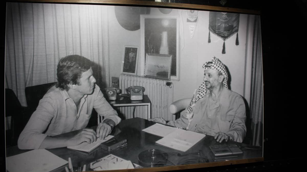 Rauli Virtasen -valokuvanäyttely. Kuva Virtasesta ja Jasser Arafatista.