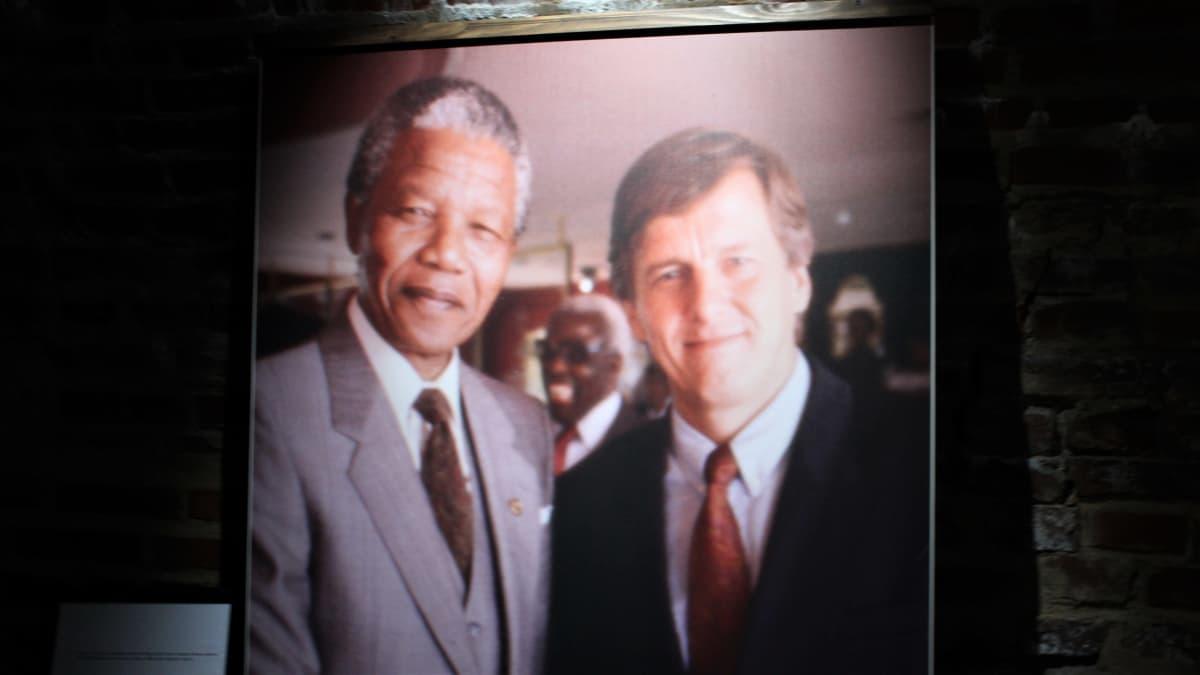 Rauli Virtasen -valokuvanäyttely. Kuva Virtasesta ja Nelson Mandelasta.