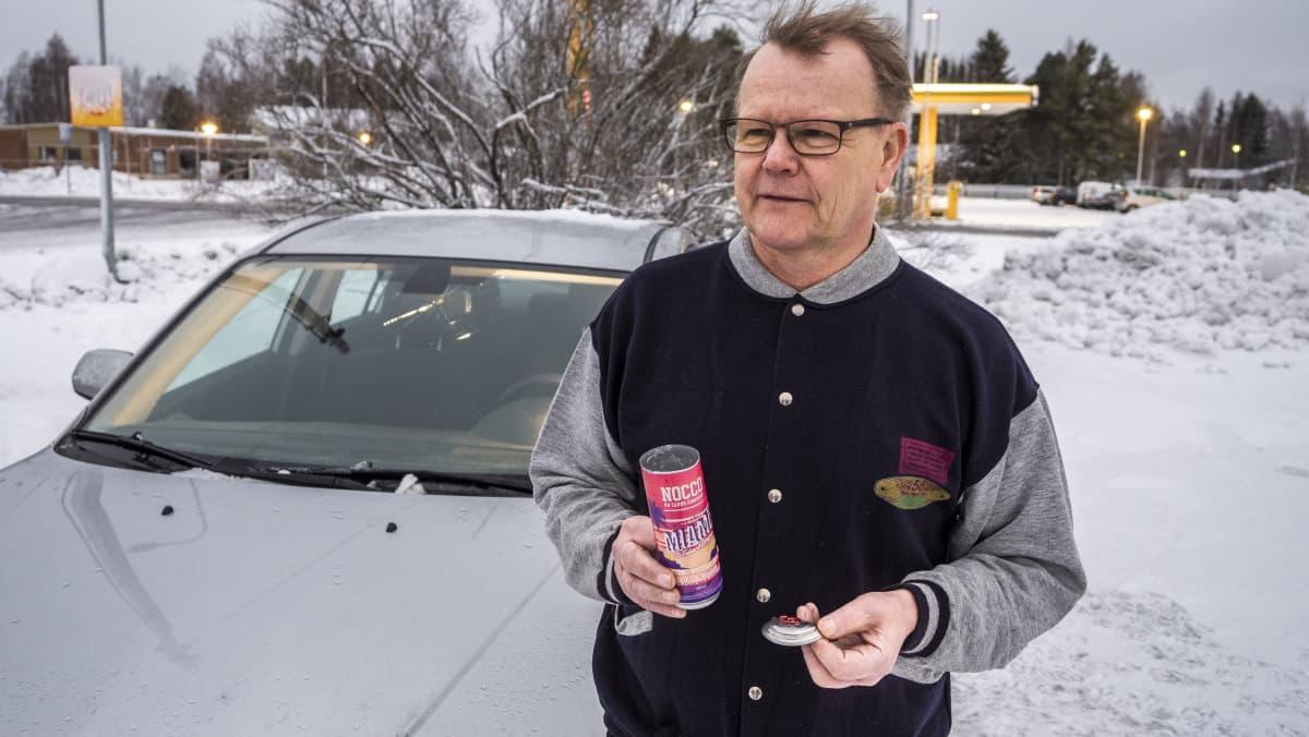 Iiläinen Ismo Piri kertoo kuinka energiajuoma räjähti ja rikkoi auton tuulilasin