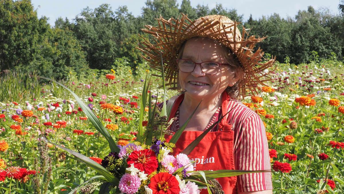Kuvassa on kukkakauppias Aija Mehtonen.