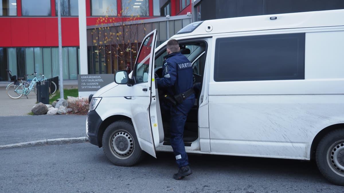 Itä-Suomen poliisilaitoksen vartijapartio on lähdössä kuljetuskeikalle, vartija nousee poliisiautoon.