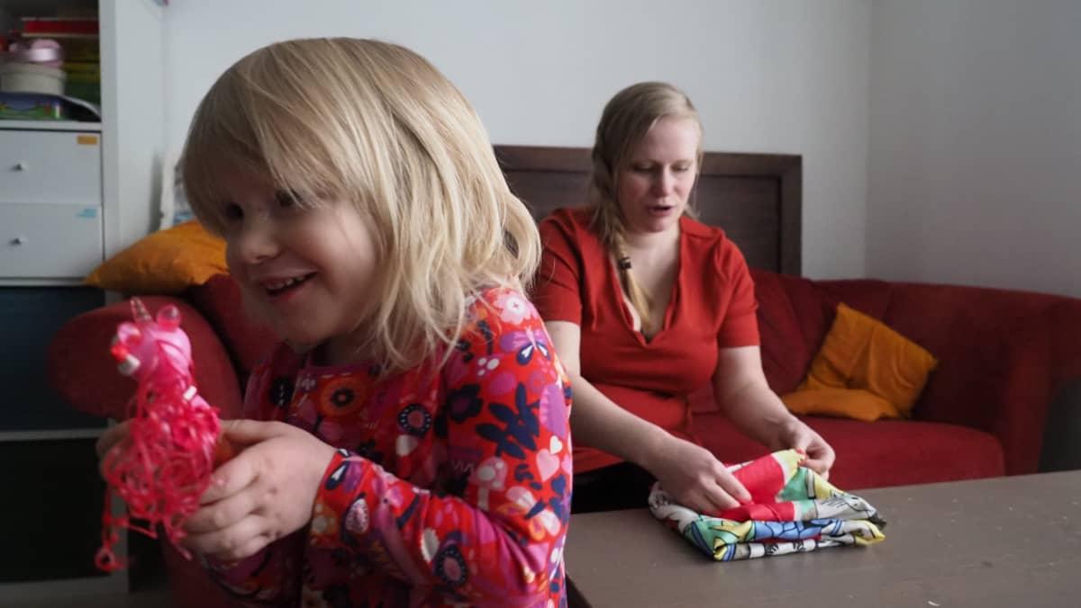 Äiti ja tytär olohuoneessa.
