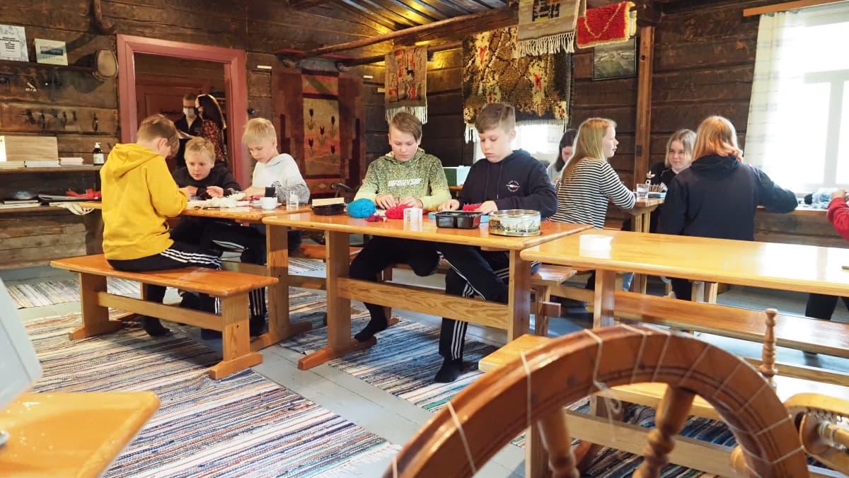 Koululaiset leirikoulussa Kesälahden myllytuvassa.