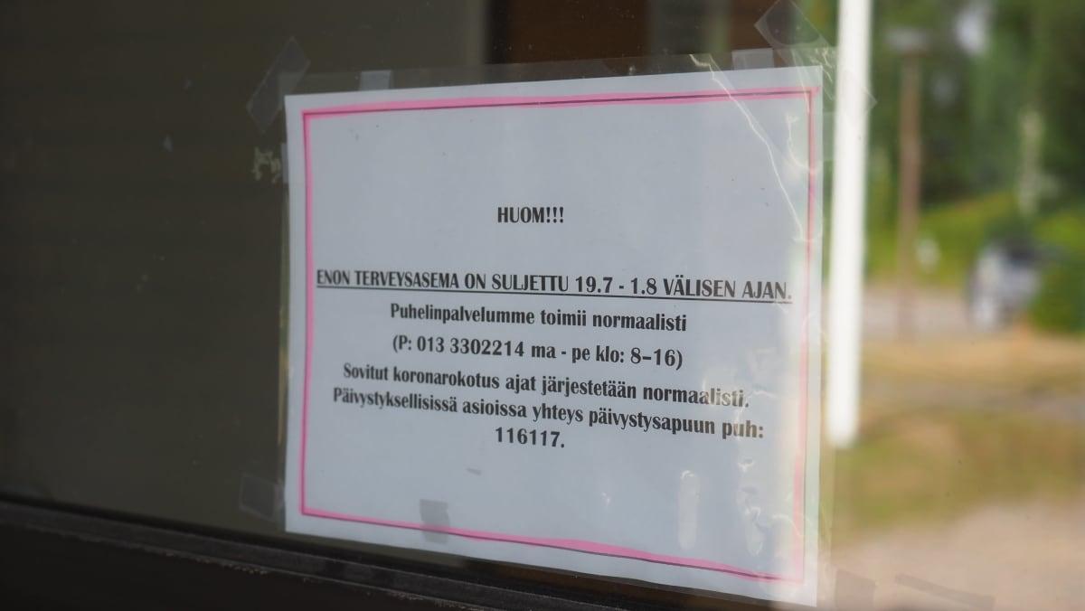 Kyltti, jossa kerrotaan Enon terveysaseman väliaikaisesta sulkemisesta kesällä 2021.