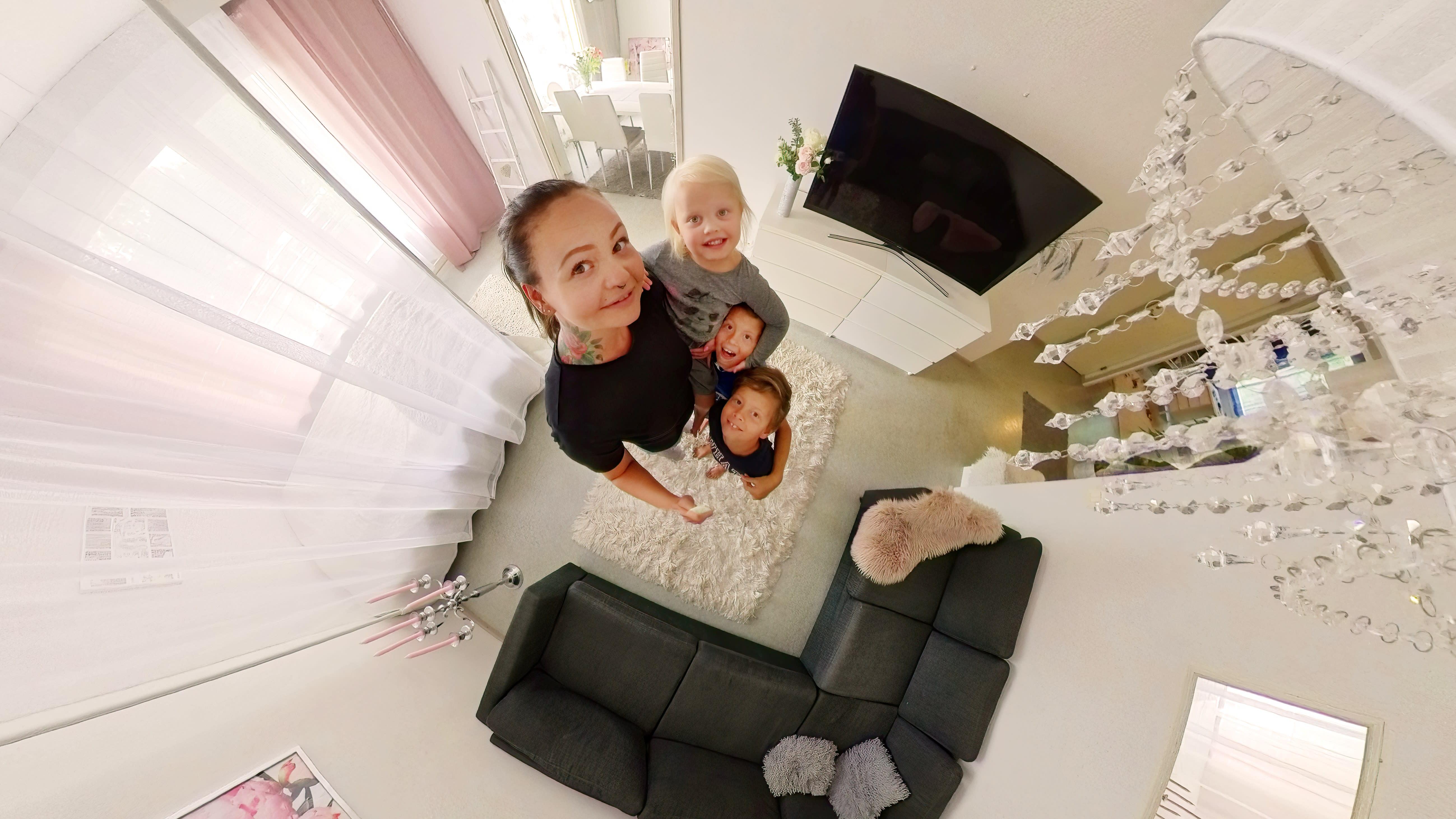 Lehtosen perhe kuvattuna ylhäältä päin. Perheen äiti Niina Lehtonen pitelee sylisään kolmivuotiasta Anna Hynnistä, ja vieressä seisovat kolmannelle luokalle menevät kaksoispojat Jese ja Noel Lehtonen.