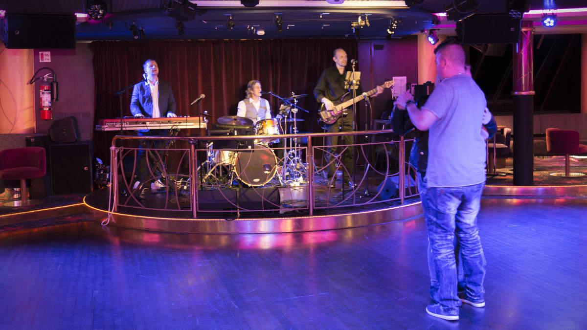 Soundwaves yhtye soittaa Baltic Princessillä