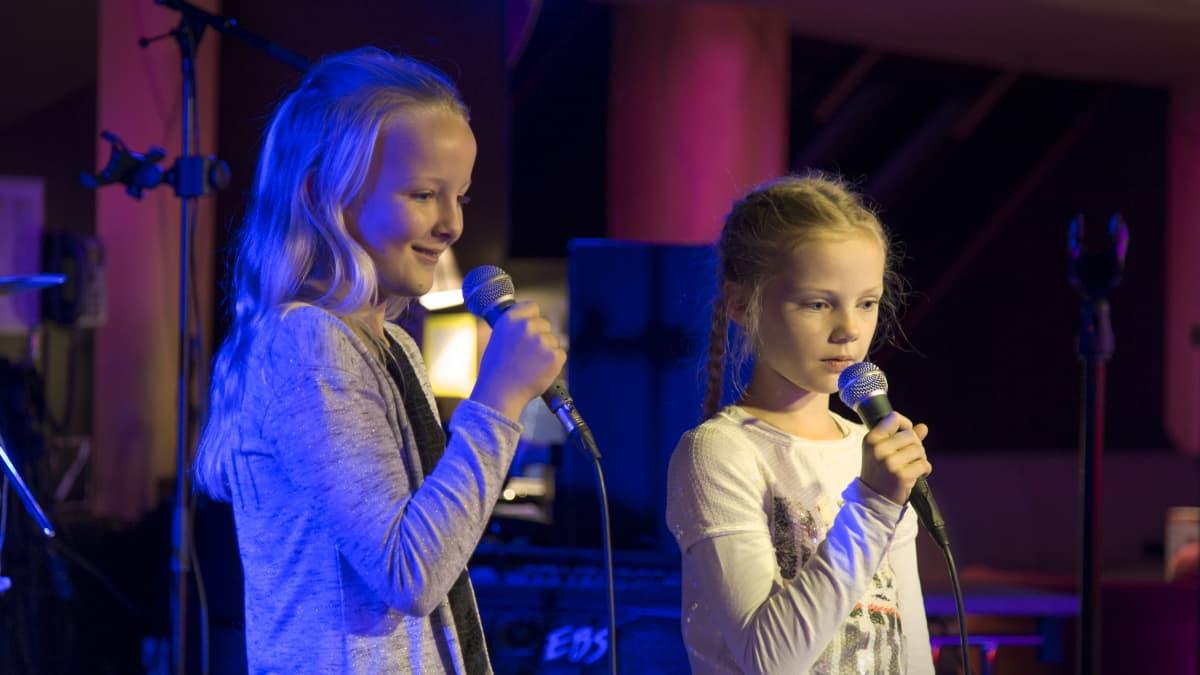 Ronja Nenonen ja Lara Leiko laulavat Baltic Princessillä karaokea