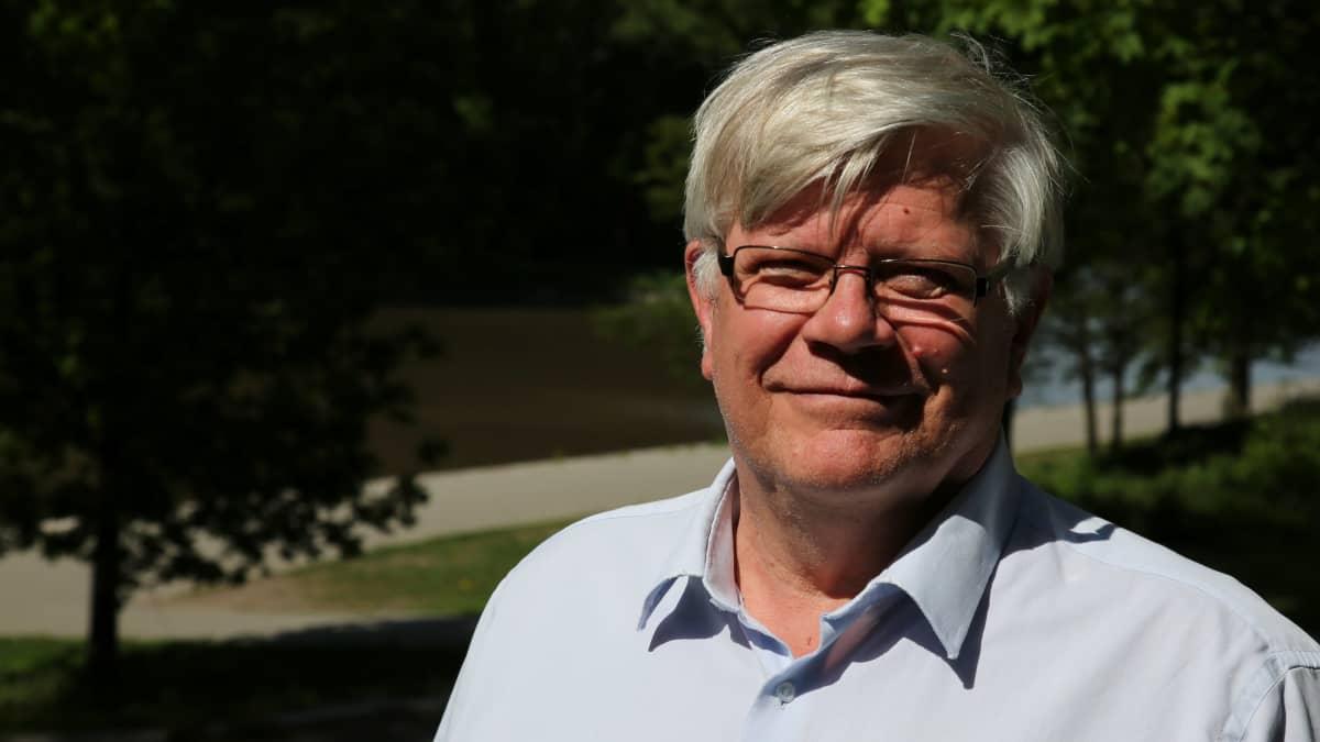 Professori Kalervo Väänäsen mukaan kotieläintiloilla syntyvä lanta pitäisi jalostaa kierrätyslannoitteeksi.