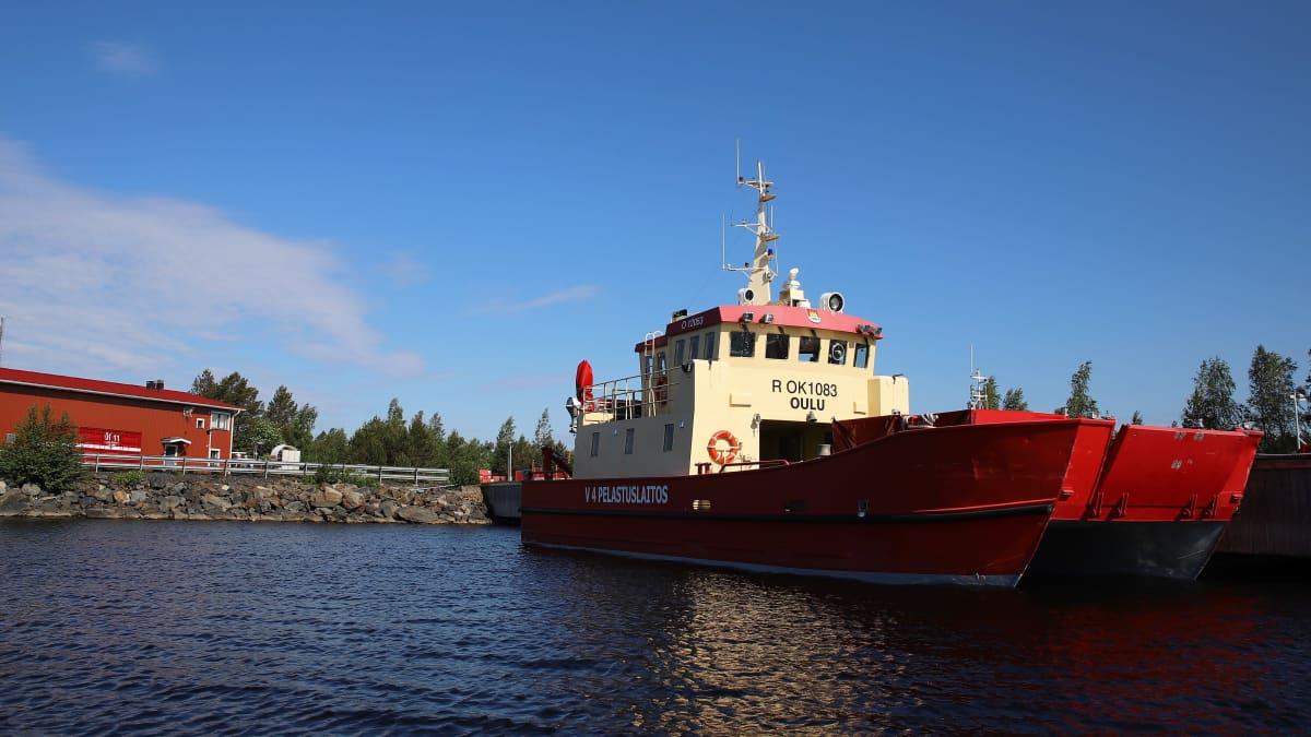Oulu-Koillismaan pelastuslaitoksen öljyntorjuntavene ROK 1083 Virpiniemen merivartioaseman rannassa.