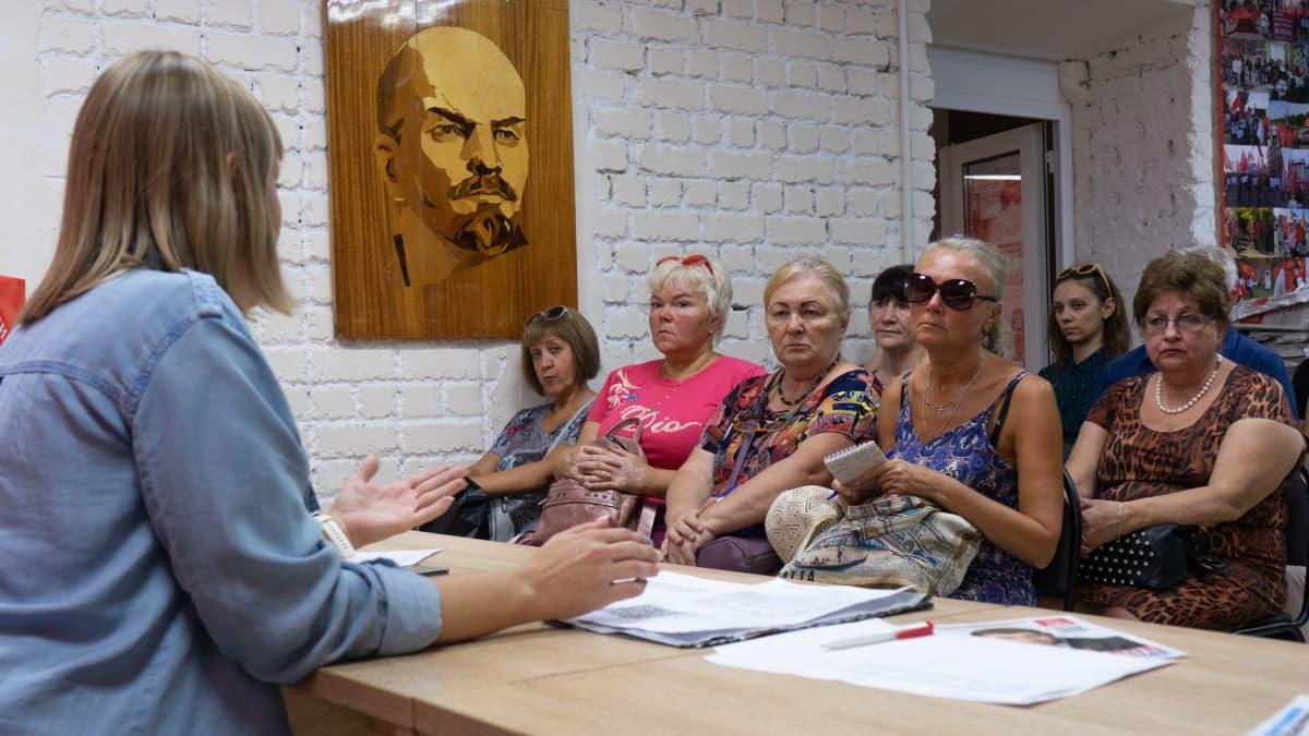 Ihmisiä Saratovin kommunistien puoluetoimistolla