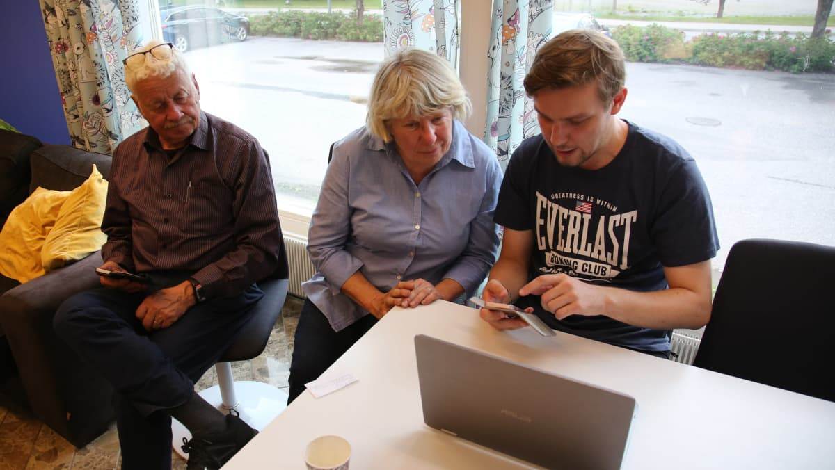 Raisiolaiset Paula ja Pentti Mirtti tulivat digineuvoja Olavi Heleniuksen pakeille kuvien tallennusneuvoja kyselemään.