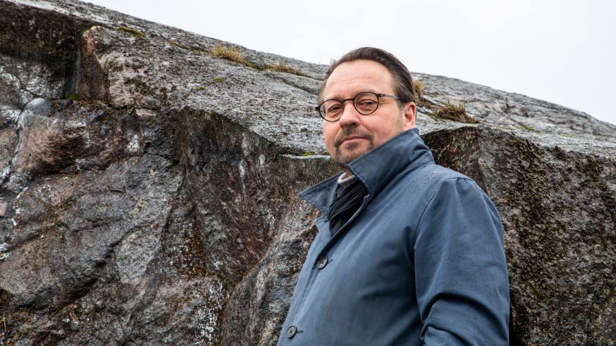 JKMM:n arkkitehti Juha Mäki-Jyllilä taustallaan Alppilan kallioita.