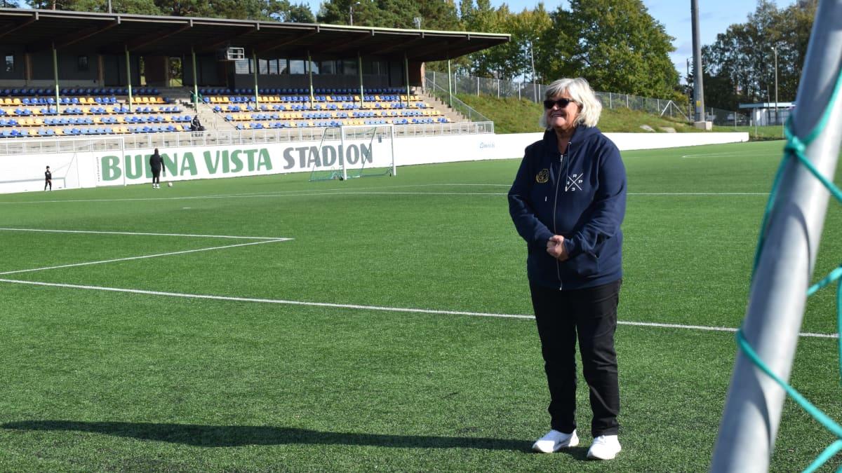 Kaija Savunen jalkapallostadionilla Rauman Äijänsuolla.