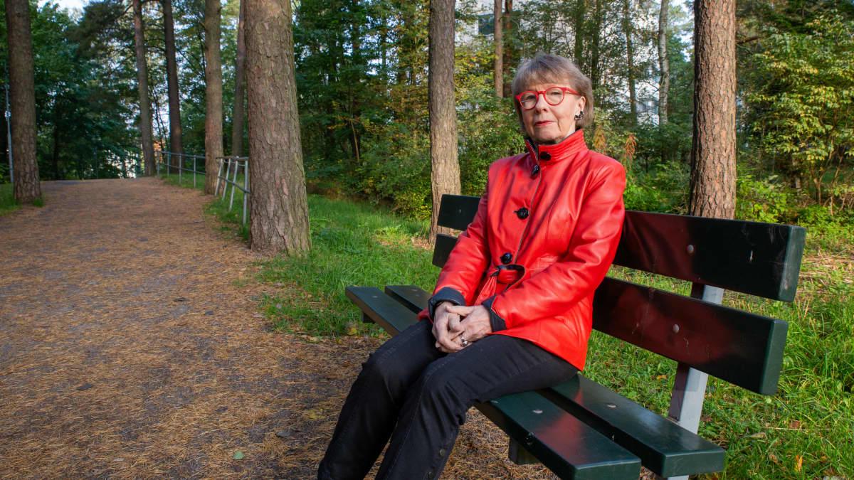 Sirkka-Liisa Kivelä puiston penkillä.
