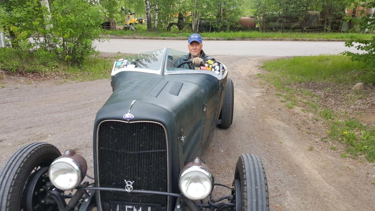 Jussi Suurinkeroine ajaa vanhaa Fordia vuodelta 1928