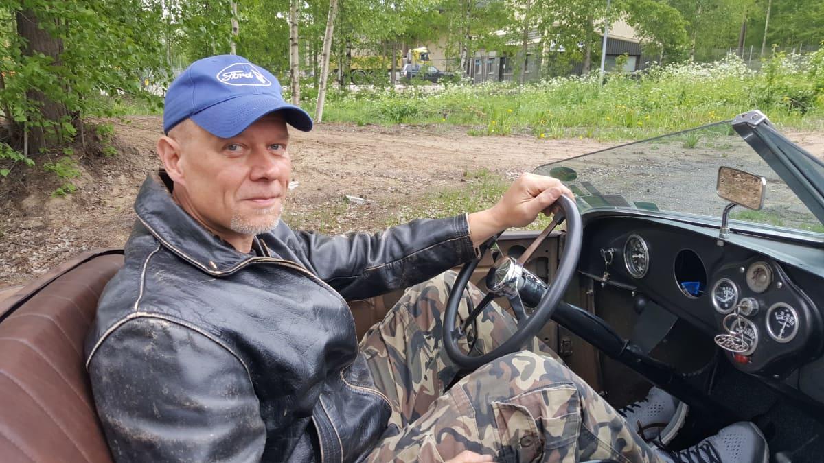 Jussi Suurinkeroinen vanhan Fordin kyydissä
