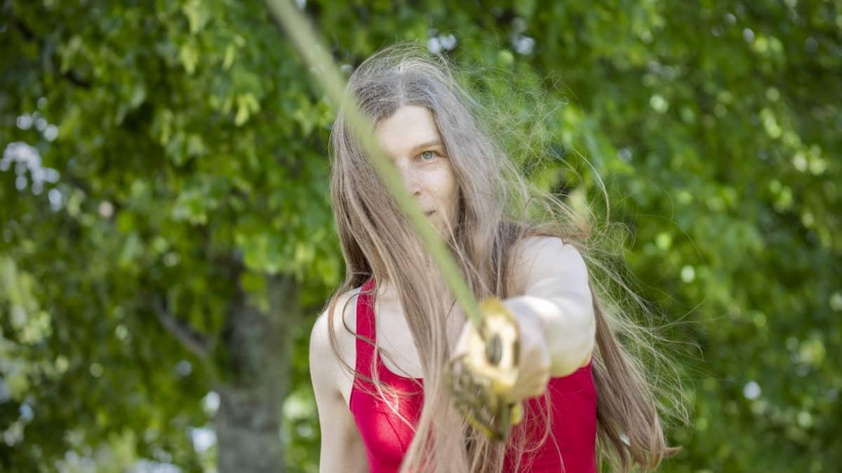 Alia Dannenberg heilauttaa vanhaa miekkaa.
