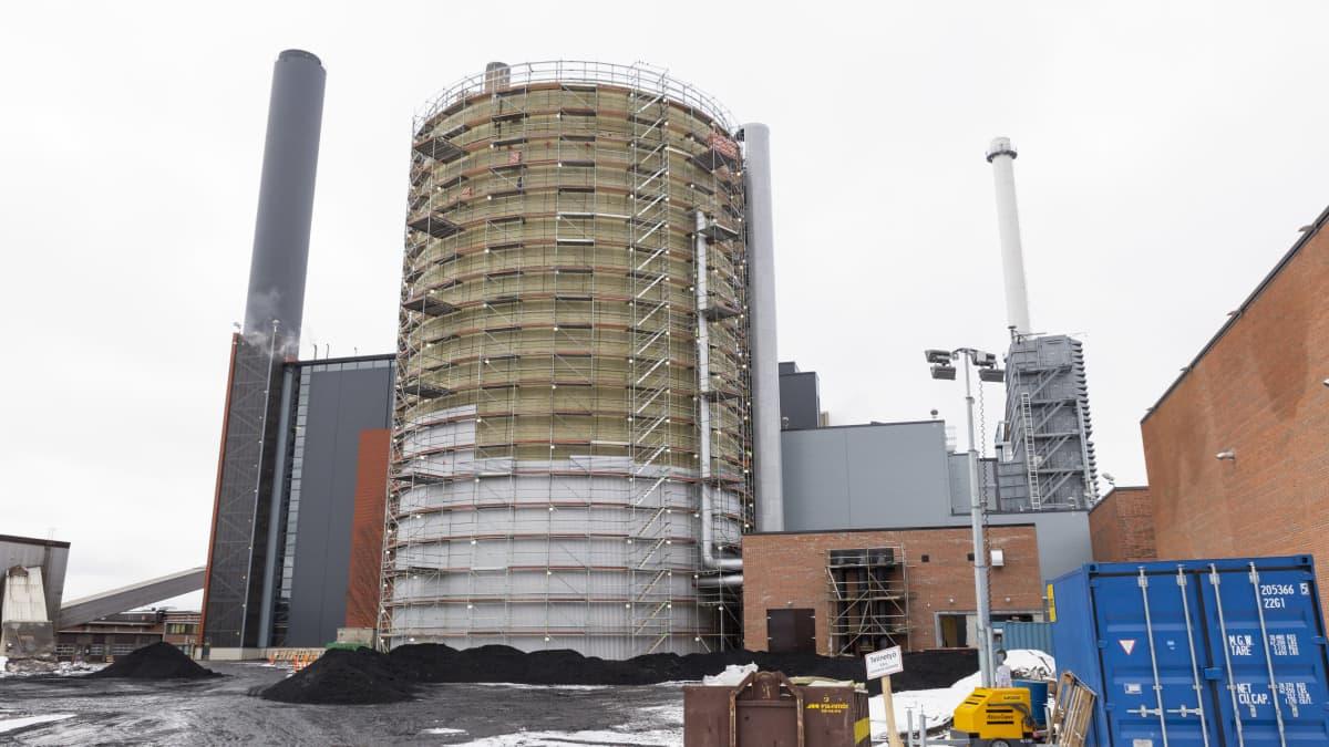 Fortum rakensi lämpövarastoa voimalaitosauleelle Espoon Suomenojalle helmikuussa 2016.