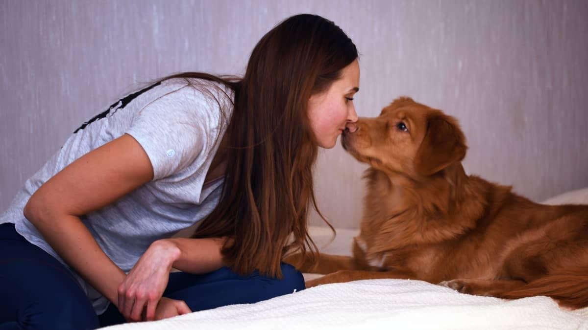 Miia Sillman och hennes hund Sulo.
