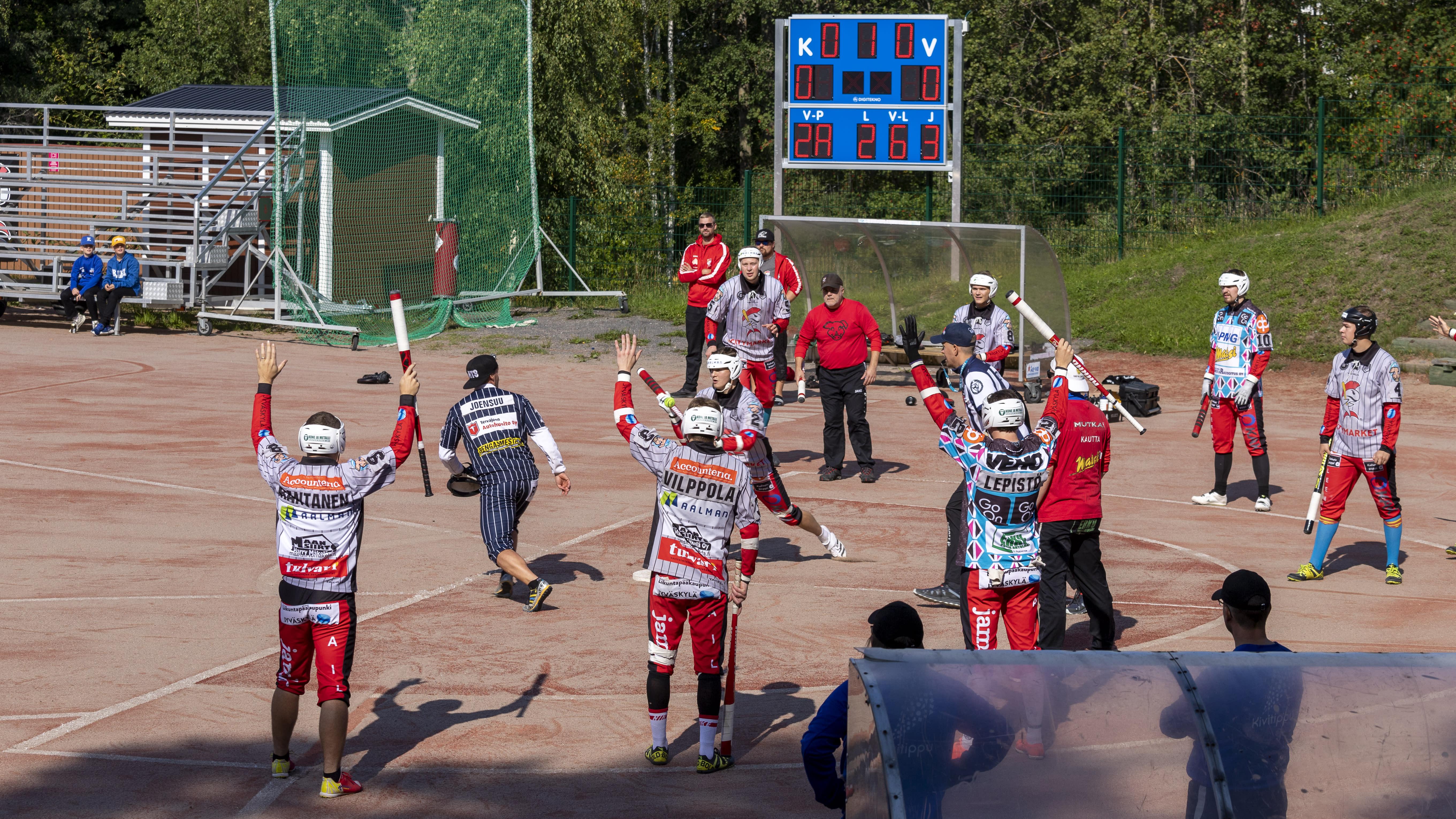 Jyväskylän Lohi pelaamassa sisävuoroa aina aurinkoisella Koskenharjun kentällä