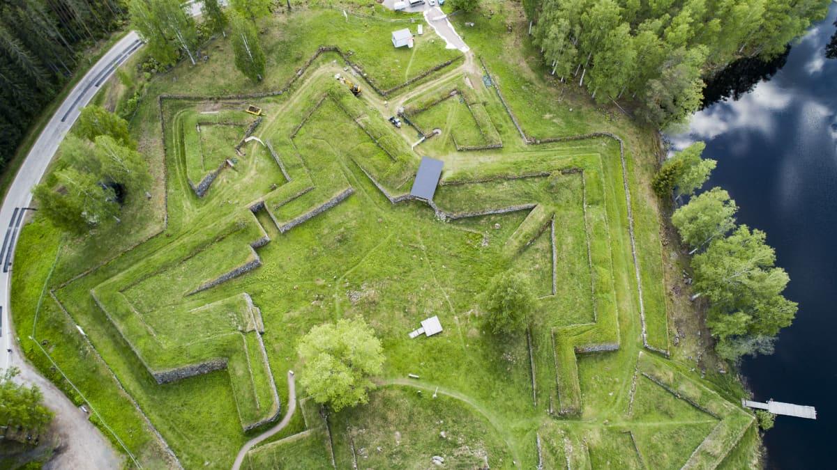 Ilmakuva Kärnäkosken linnoituksesta.