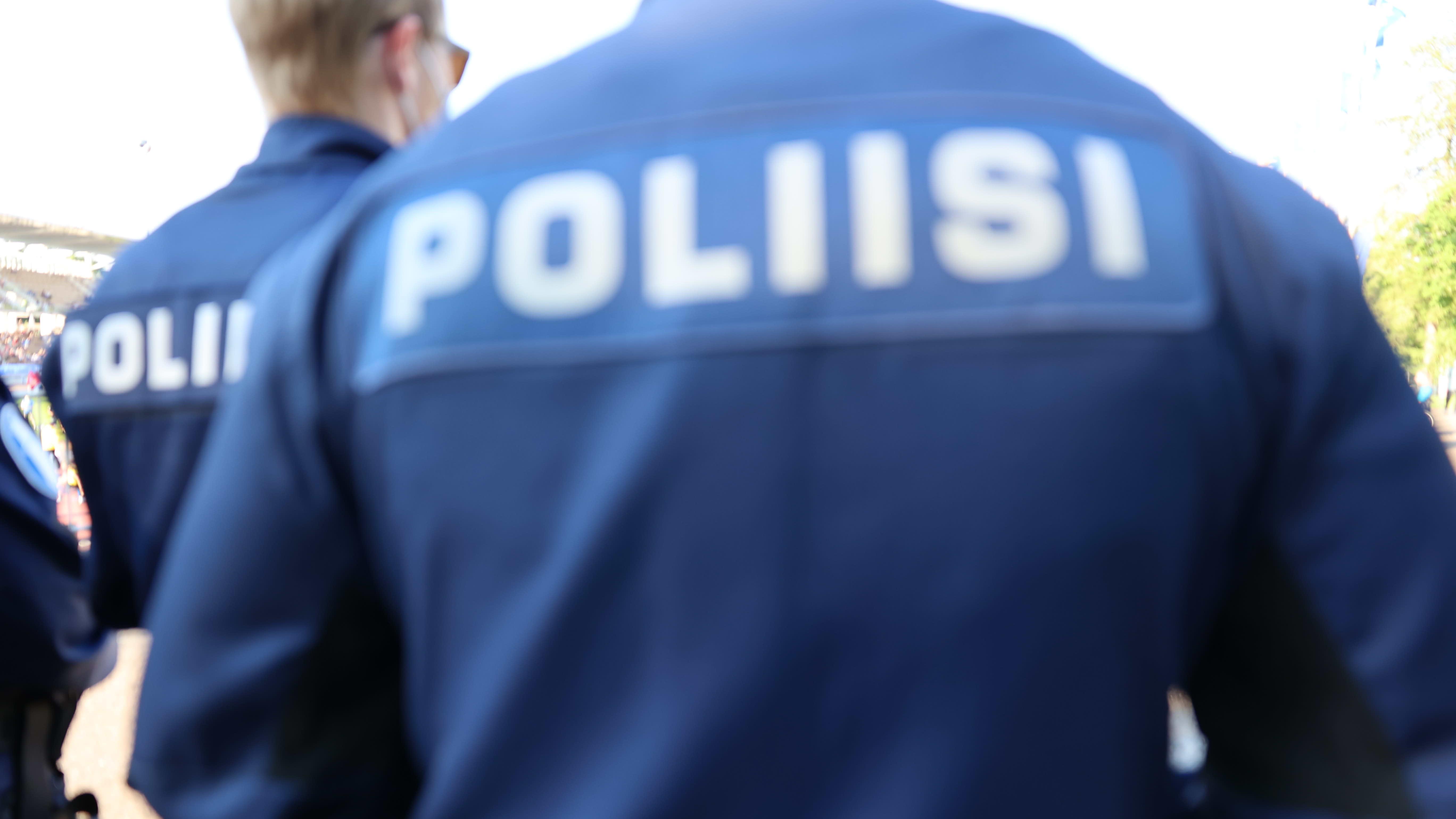 Polisiista selkäkuva