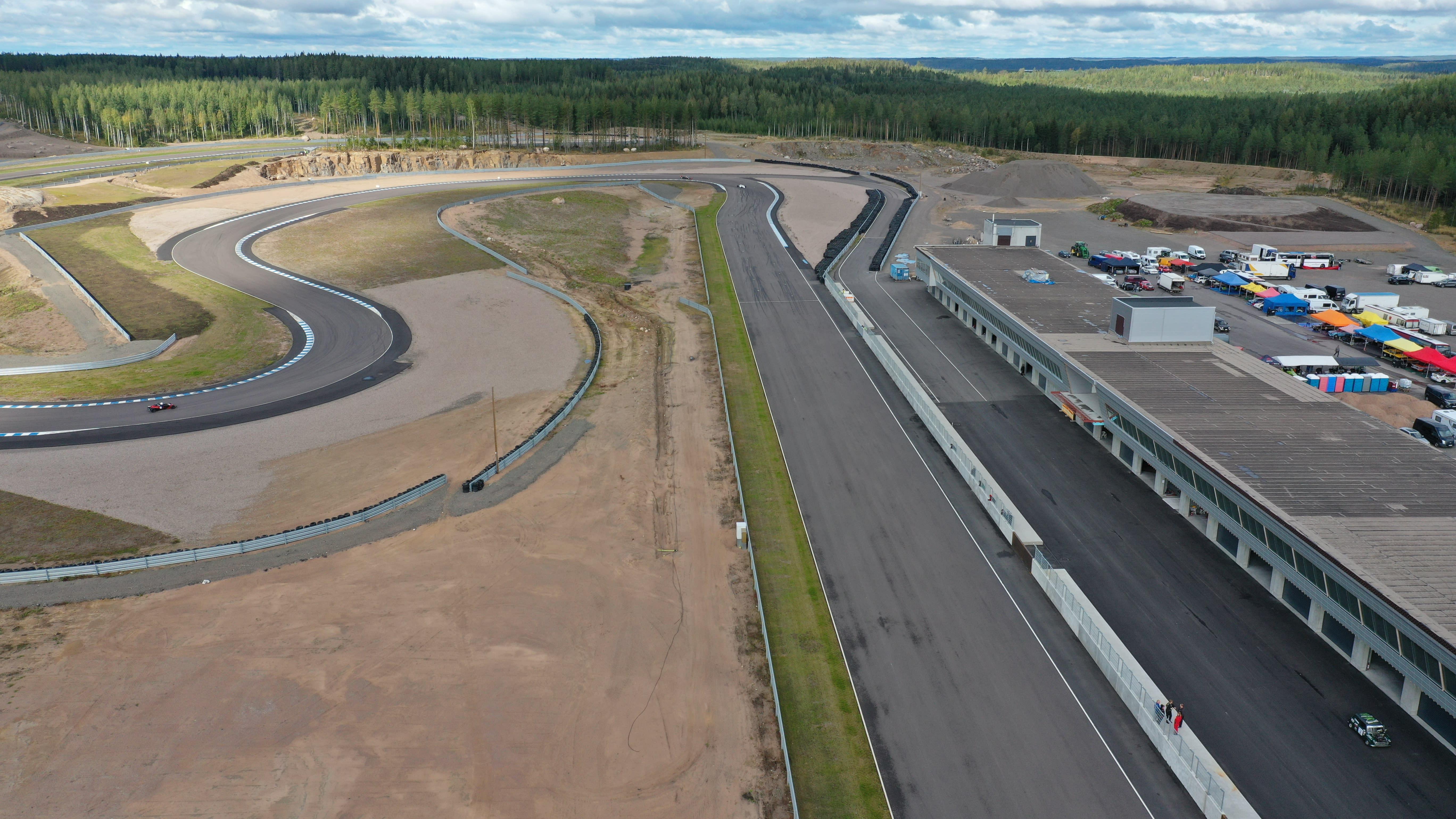 Droonikuva KymiRingin moottoriradan ja varikkoalueen yläpuolelta.