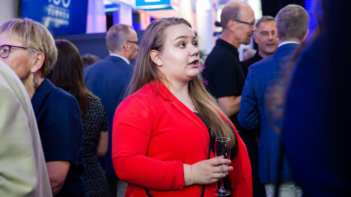 Roosa Pajunen cocktailtilaisuudessa.