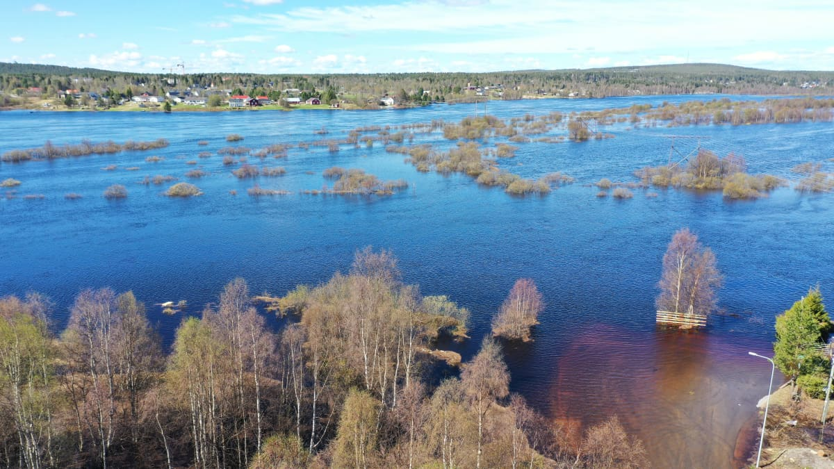 Rovaniemellä Vitikanpäässä osa rantatiestä on jo veden vallassa