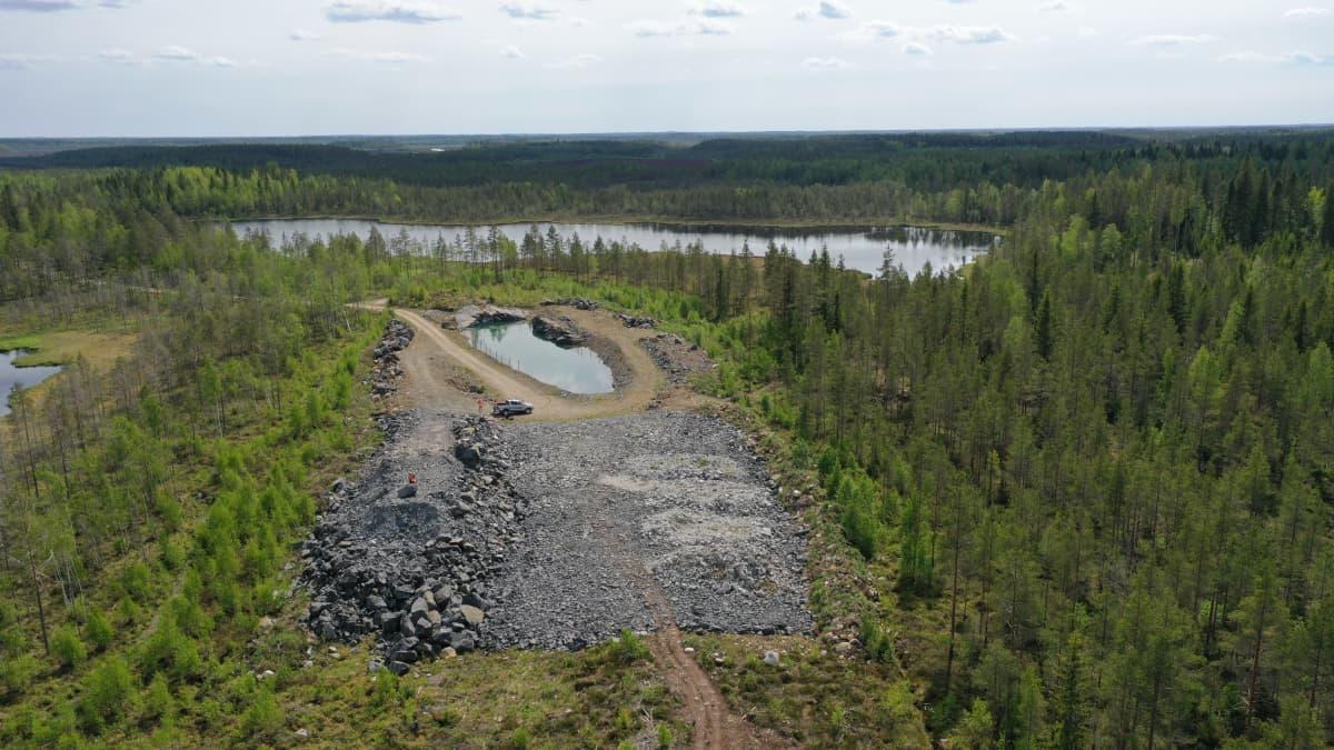 maisemakuva kaustiselta ilmasta järvi ja puita