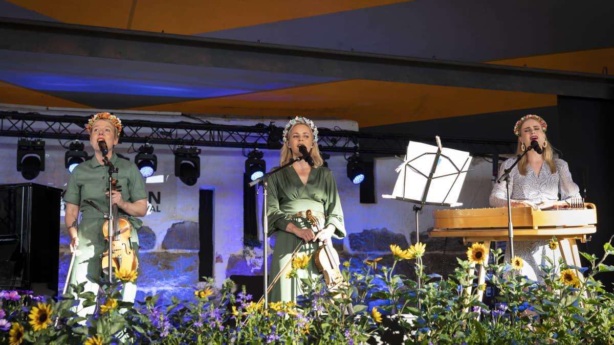 Vesala – Järvelä – Rahmel lavalla Kaustisen kansanmusiikkijuhlilla.