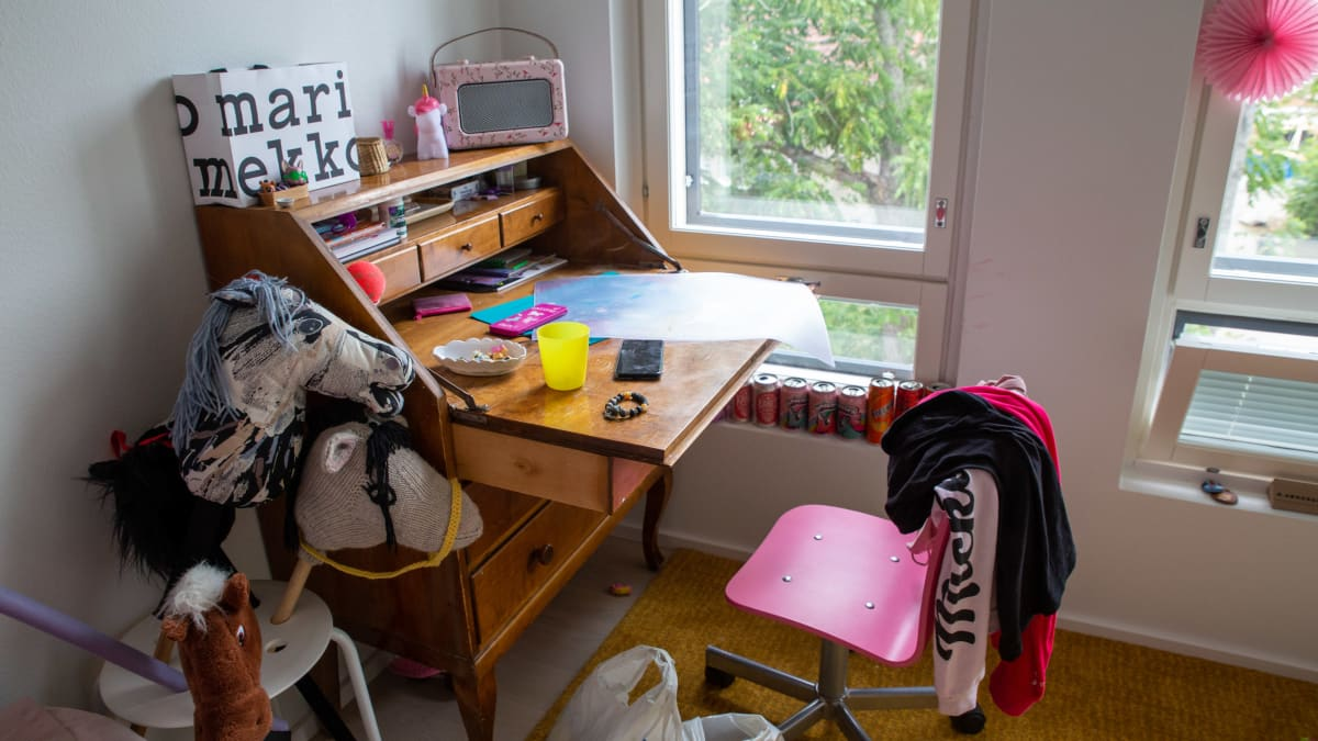 Tytön huoneessa antiikkinen työpöytä.
