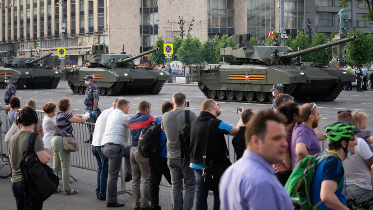 Ihmiset katsovat sotilasparaatia Moskovan keskustassa