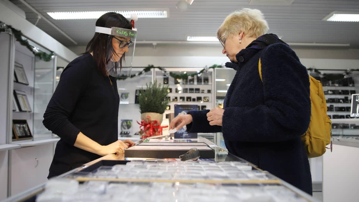 Myyjä  ja asiakas kanssakäymisessä Timanttiset-kultasepänliikkeessä Forssassa.