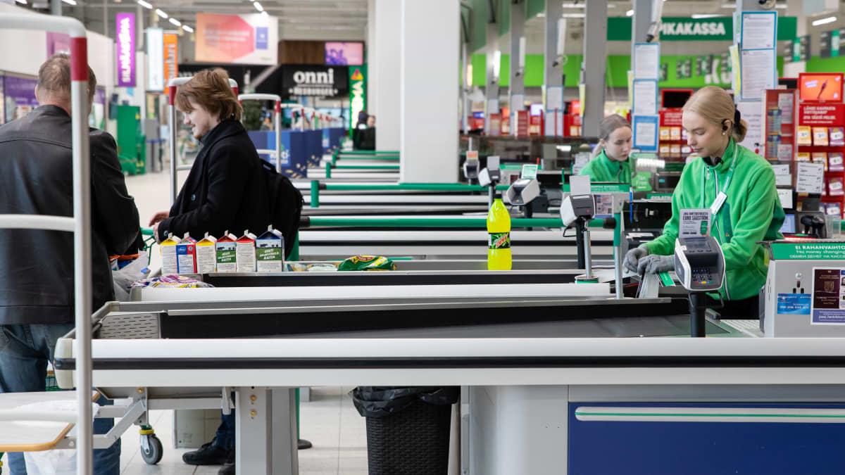 Viimeisiä venäläisiä ostosmatkailijoita Prismassa ennen rajojen sulkeutumista koronaviruksen takia.