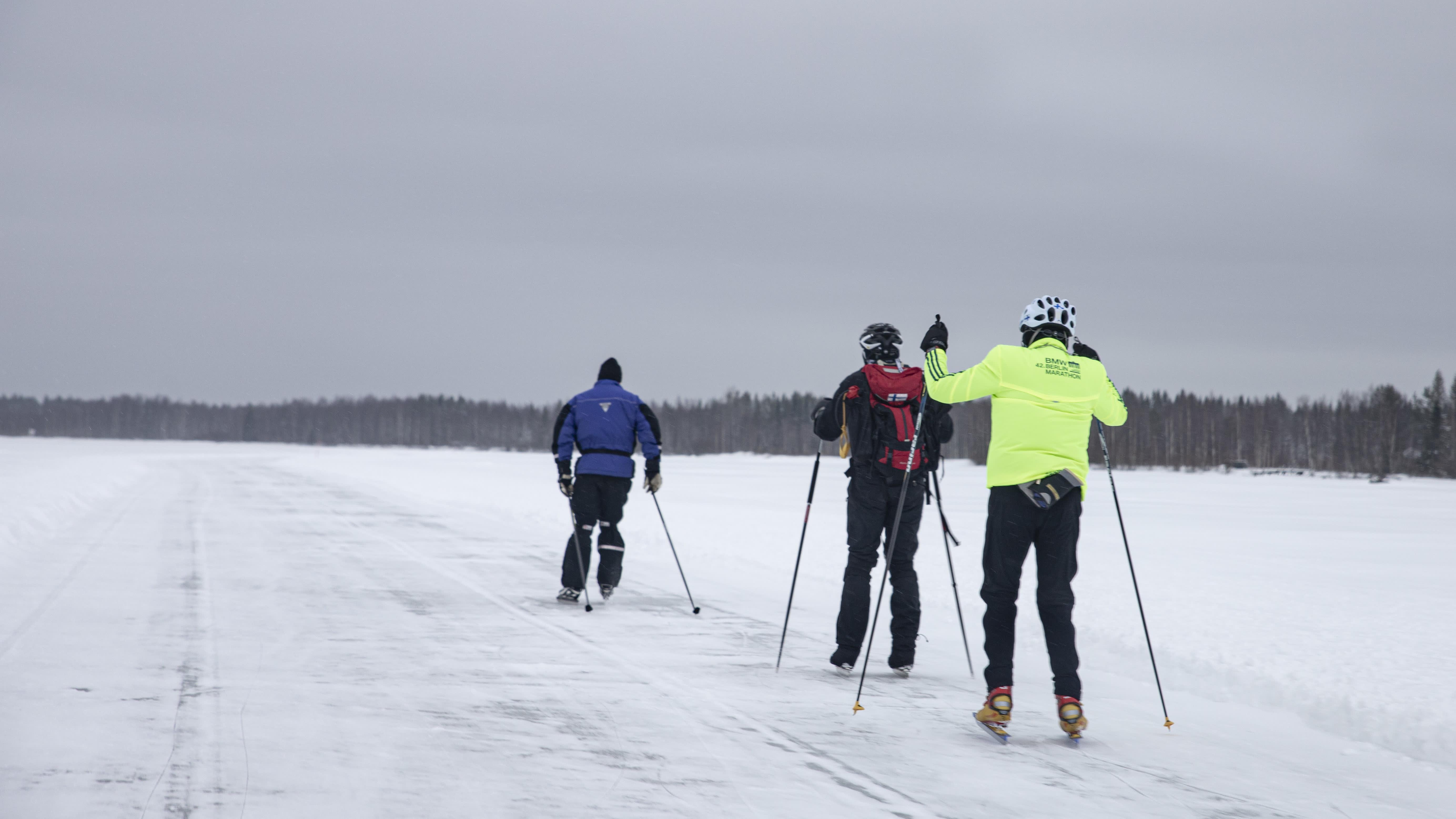 Hannu Korkiakoski, Henry Leinonen ja Markku Savolainen retkiluistelemassa Vuottolahdella.