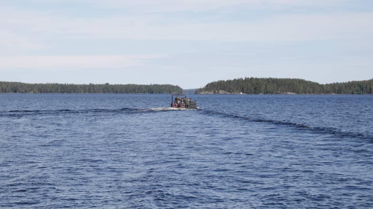 Puolustusvoimien vene Saimaalla.