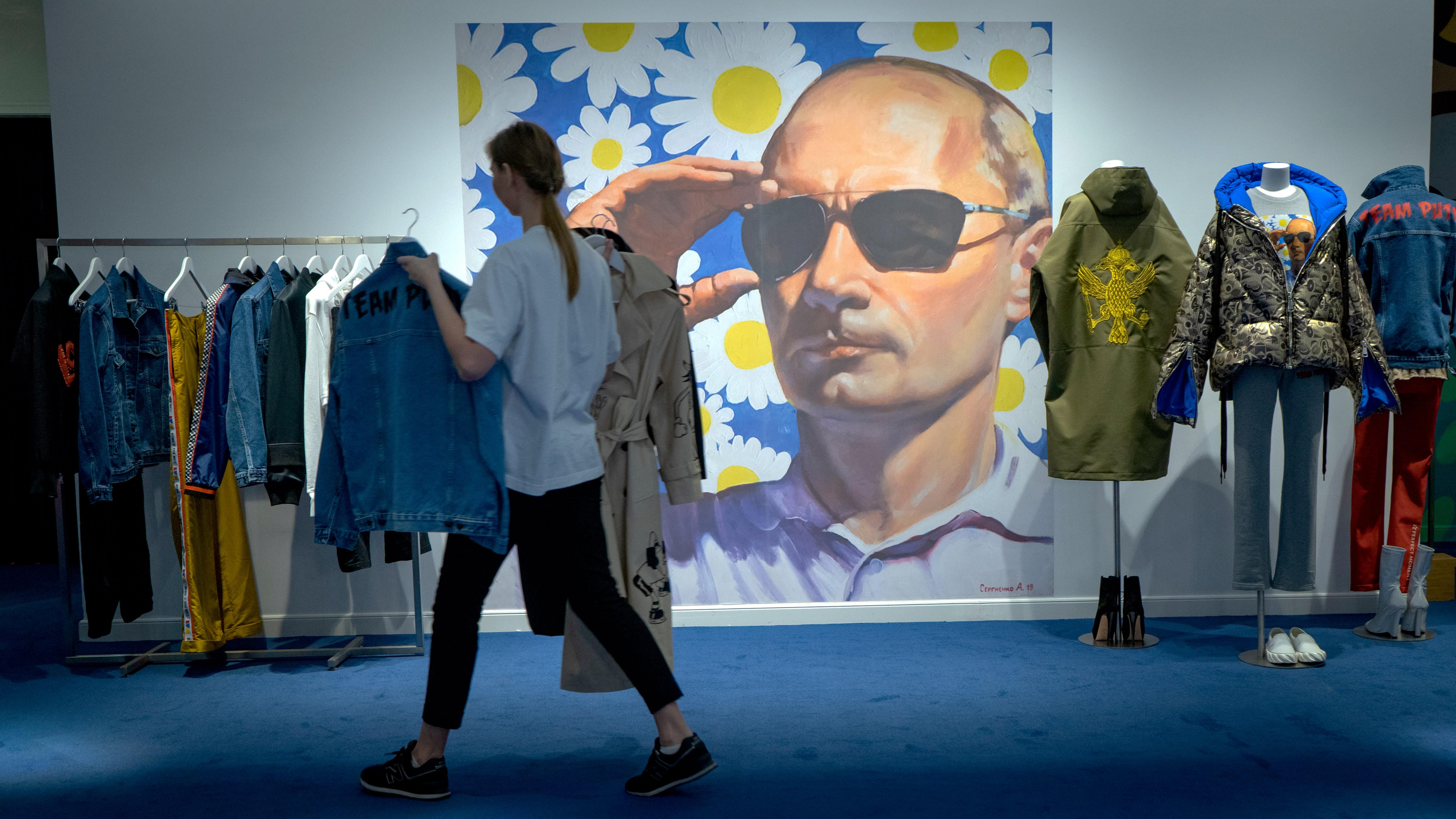 Putinin kuva seinällä vaateliikkeessä.