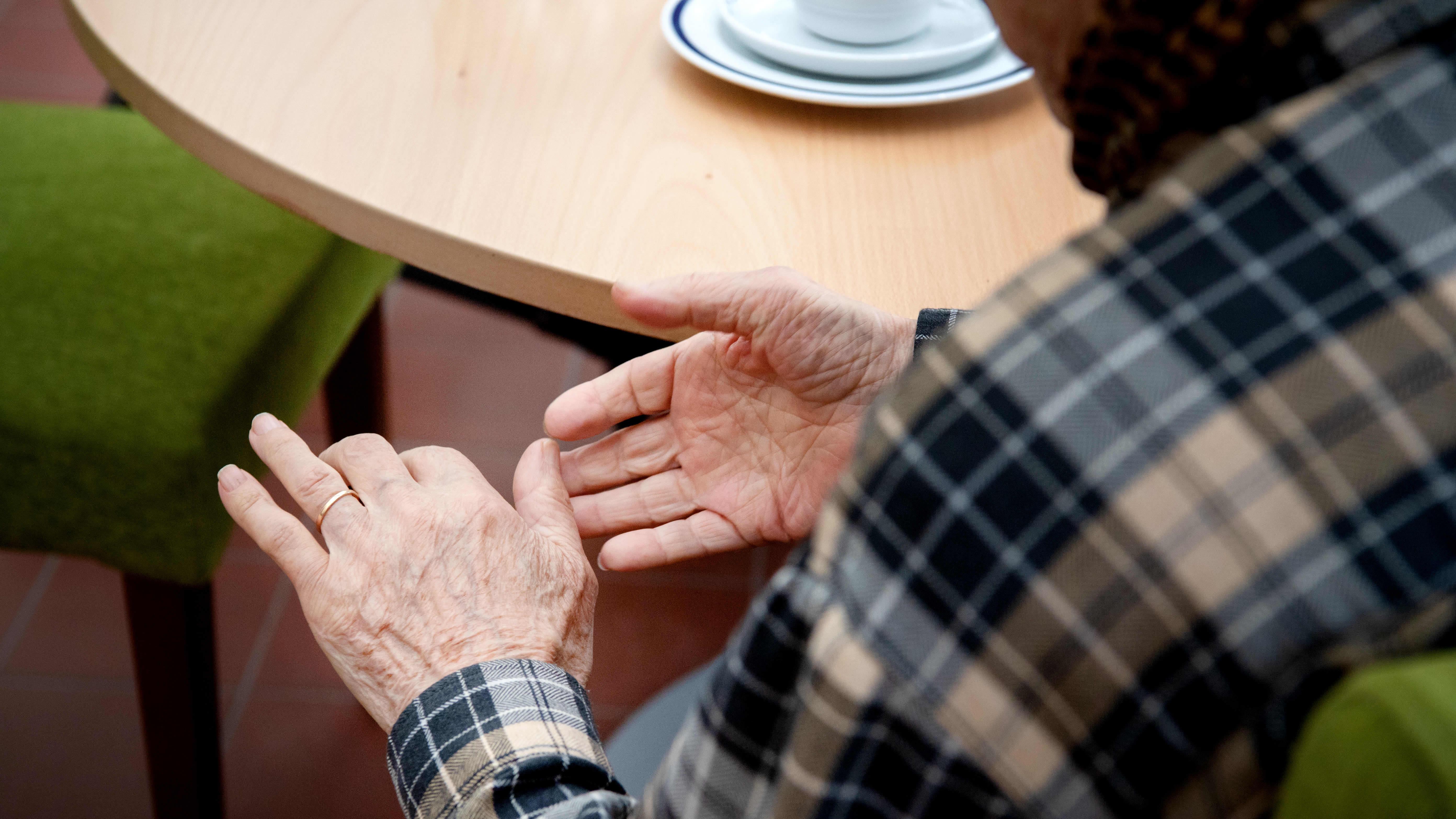 Vanhuksen ryppyinen käsi.